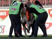 Zásah proti obnaženému fanouškovi, který vběhl na hřiště Androva stadionu při finále poháru mezi Zlínem a Opavou