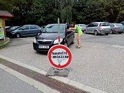 Obsazeno. Obvyklá situace na parkovišti ležícím nejblíže Zoo Olomouc
