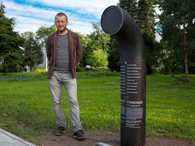 Autor vynálezu poesiomat Ondřej Kobza vedle přístroje, který bude do konce roku stát i v Olomouci před katedrálou svatého Václava na Václavské náměstí