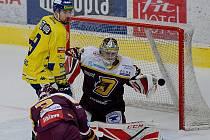 Hokejisté Přerova (ve žlutém) v domácím utkání s HC Dukla Jihlava (2:4)