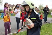 Do areálu hasičské zbrojnice v Uničově na Olomoucku přišly v sobotu 4. května stovky lidí, přilákalo je odpoledne plné soutěží a zábavy. Uničovští hasiči totiž slaví 145. výročí od svého založení.