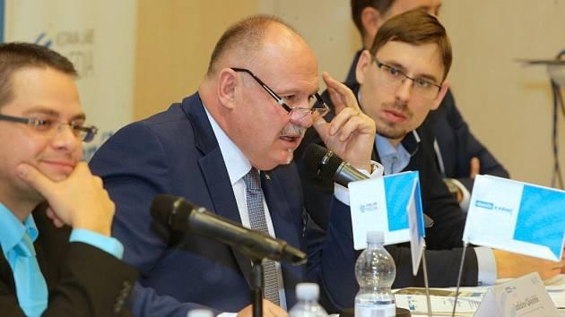 Hejtman Olomouckého kraje Ladislav Okleštěk (uprostřed)