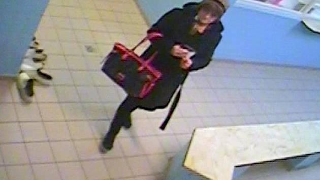 Neznámá žena, která kradla ve třech sportovních areálech v Olomouci