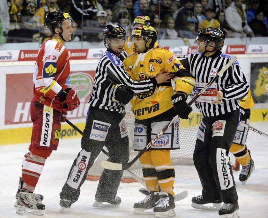 Rozhodčí uklidňují litvínovského Františka Lukeše, vlevo je olomoucký Marek Laš. HC Verva Litvínov - HC Olomouc