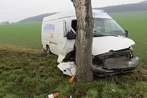 Následky srážky dodávky a osobního auta u Dolan