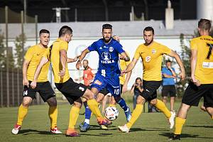 Fotbalisté Sigmy (v modrém) porazili v přípravě Rosice 1:0.