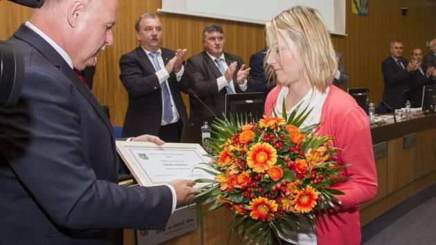Učitelka MŠ v Jívové Darina Nešporová převzala v září 2017 ocenění od olomouckého hejtmana Ladislava Oklešťka
