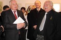 Václav Klaus zahájil v Olomouci výstavu Milana Knížáka (vpravo).