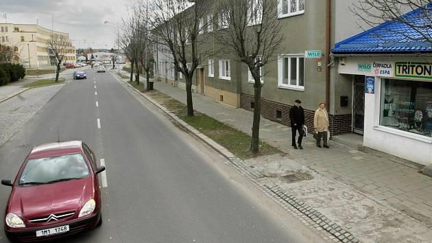 Lazecká ulice v místě, kde by měla stát nová zastávka MHD (vpravo)