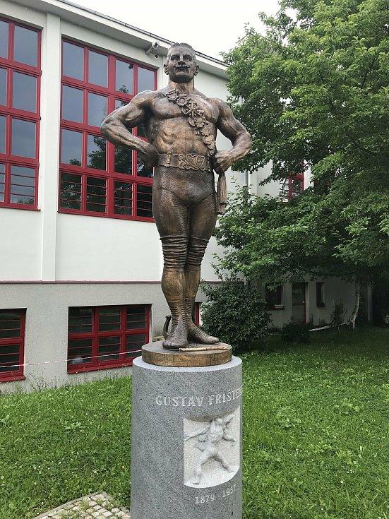 Zápasník Gustav Frištenský žil v Litovli, kde je pochován. Před sokolovnou má sochu, 23. července 2020