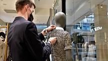 Přípravy na znovuotevření prodejny v OC Šantovka, 8. května 2021. Prodejna PFB Concept Store
