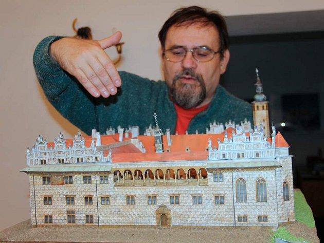 Olomoucký modelář Jiří Struž (na snímku) vystavuje ve Šternberku papírové modely našich hradů a zámků