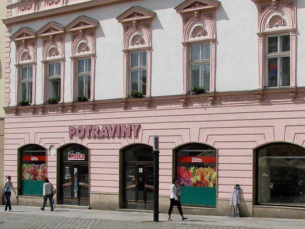 Zavřené potraviny na rohu Horního náměstí a Opletalovy ulice
