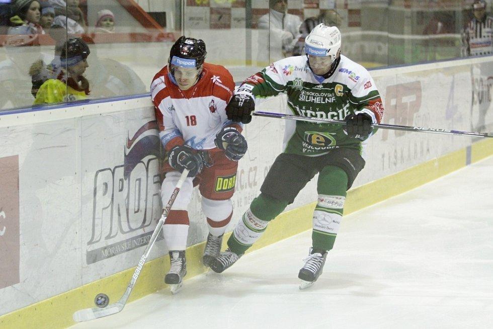 Olomoučtí hokejisté (v bílém) porazili Karlovy Vary 3:2 v prodloužení. Roman Vlach (vlevo) a Václav Skuhravý.