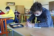 První se do základních škol vrátili deváťáci, ve třídách musí sedět s rozestupy. Ilustrační foto
