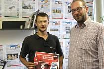Hokejová soutěž Deníku o permanentku na zápasy HC Olomouc zná vítěze. Cenu Tomáši Kmentovi předal šéfredaktor Olomouckého deníku Martin Dostál (vpravo).