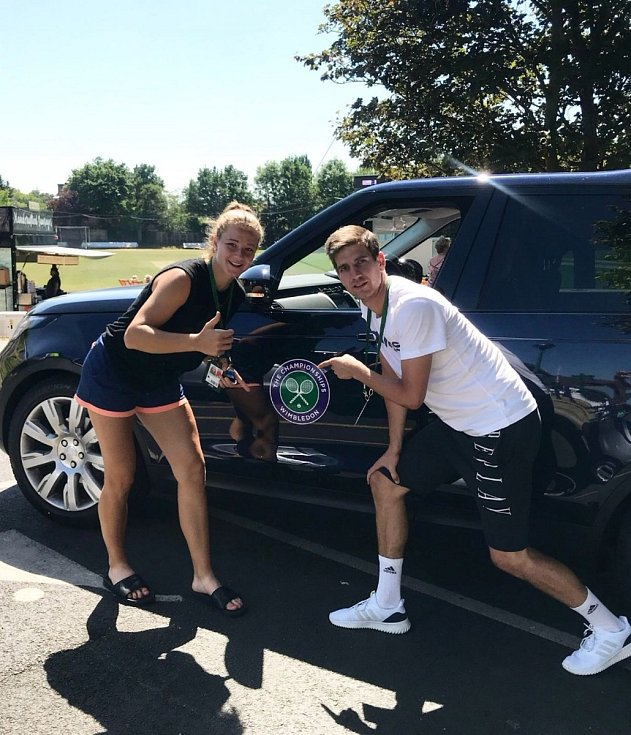 Tenistka Karolína Muchová s bratrem Filipem během Wimbledonu.