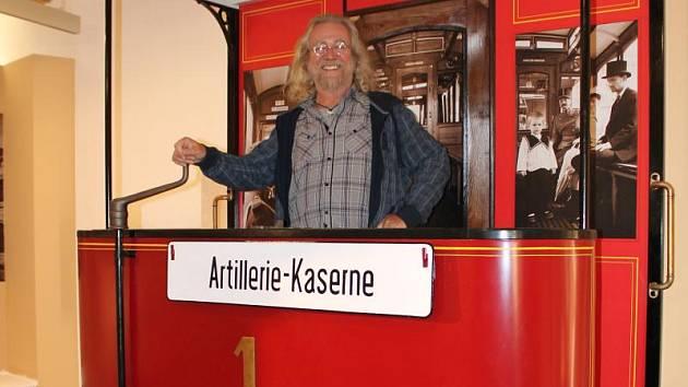 Známý písničkář Jaroslav Hutka si vyzkoušel repliku první olomoucké tramvaje na chystané výstavě o historii Olomouce ve Vlastivědném muzeu