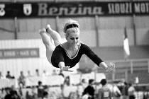 Věra Čáslavská jako šestadvacetiletá gymnastka v červnu 1968 při přeskoku na mistrovství ČSSR.