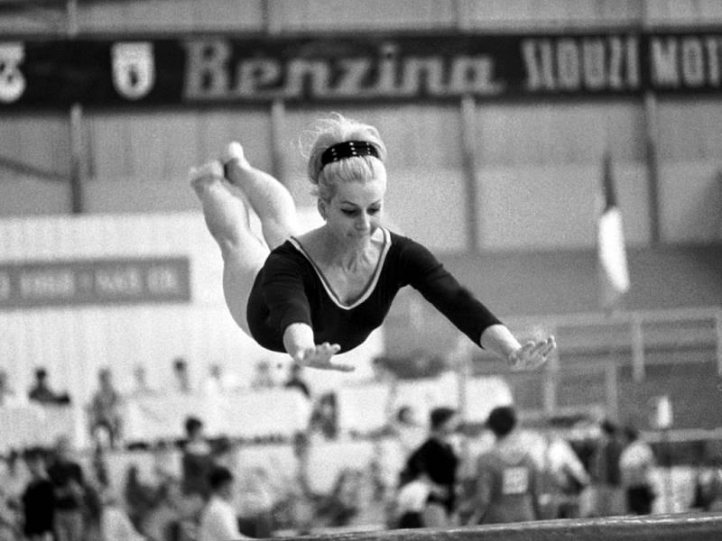 Věra Čáslavská jako šestadvacetiletá gymnastka v červnu 1968 při přeskoku na mistrovství ČSSR