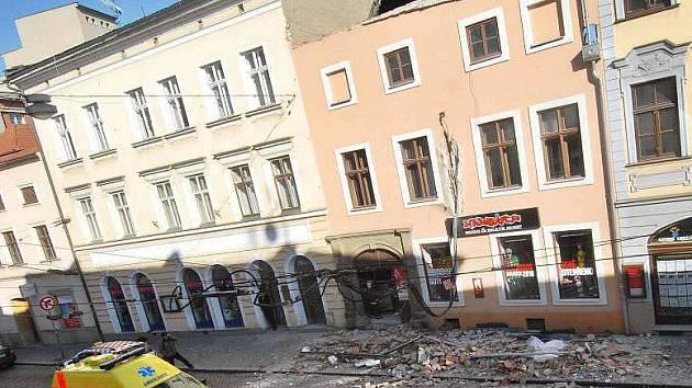Tragické zřícení části domu v ulici 8. května