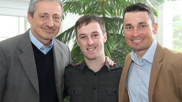 Voják (na snímku uprostřed), který byl těžce zraněn při květnovém incidentu na Libavé, se zotavuje ve Vojenském rehabilitačním ústavu Slapy. V úterý jej navštívil a povzbudil ministr obrany Martin Stropnický.
