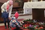 První adventní neděli si lidé v kostelích nechávali požehnat adventní věnce, například v chrámu sv. Cyrila a Metoděje v Olomouci – Hejčíně.