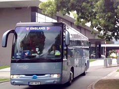 Autobus s anglickou reprezentací míří z hotelu k sousednímu Androvu stadionu