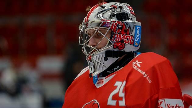 Brankář HC Olomouc Jan Lukáš v zápase proti Karlovým Varům.