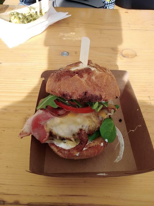Maty's burger s hovězím masem, sýrem a slaninou od Gastro Stummer.