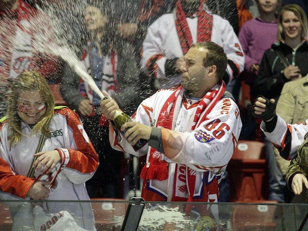 Mora oslavila s fanoušky záchranu extraligy vítězstvím nad Chomutovem