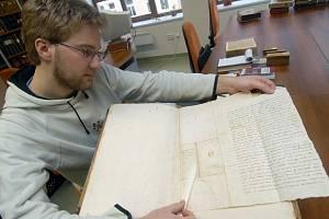 Jiří Glonek ukazuje dopis německého humanisty Willibalda Pirckheimera z roku 1525.