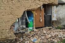 V Křelově se část domu sesunula do výkopu, 15. května 2021