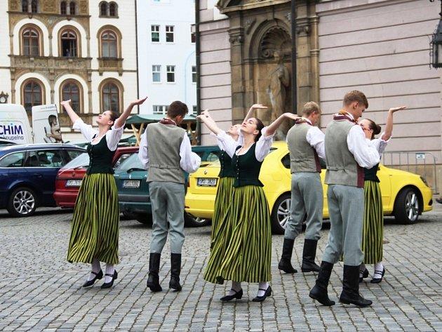 Netradiční zážitek čekal v sobotu dopoledne na návštěvníky Horního náměstí v Olomouci. U radnice totiž byly k vidění lotyšské národní tance.
