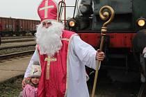 """Mikulášský vlak s lokomotivou """"Rosničkou"""" svezl v neděli cestující z Olomouce do Senice na Hané, Uničova a Prostějova."""