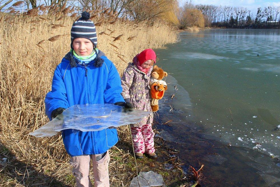 Zamrzlý rybník Bagrák v Kroměříži.
