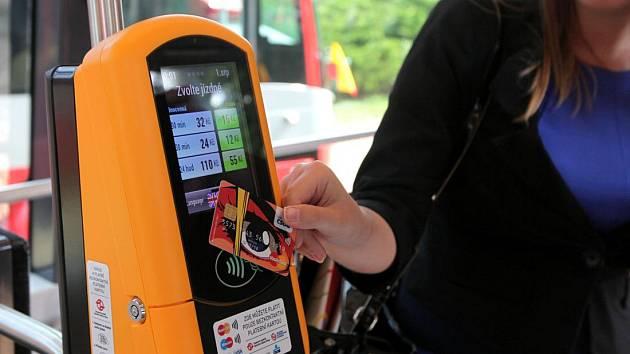 Platba jízdenky platební kartou. Ilustrační foto