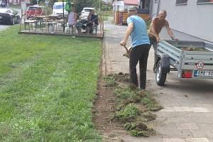 Klienti střediska Samaritán, které provozuje olomoucká charita, při údržbě chodníku v Tovární ulici
