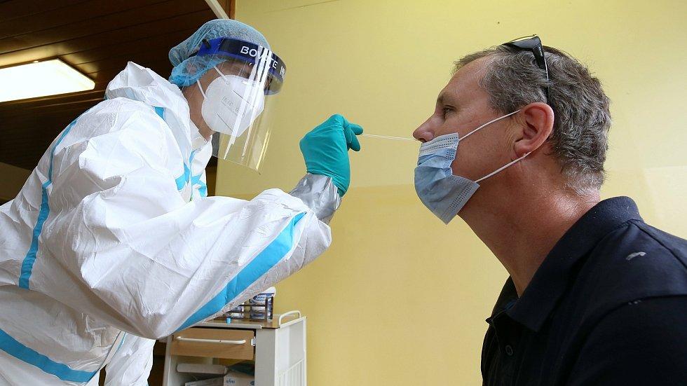 Odběr vzorku pro test na koronavirus. Ilustrační foto
