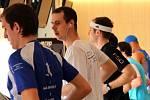 Olomoucký ultramaratonec David Koribský druhý zleva. Pokus o český rekord ve 24 hodinovém běhu v olomouckém OMEGA centru