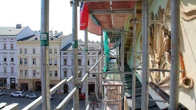 Oprava střechy Moravského divadla v Olomouci. Pohled ze stavebního výtahu