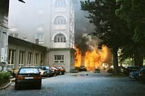 : VÝBUCH V JESENICKÝCH LÁZNÍCH. Tlaková vlna zasáhla nejen přízemí, kde vyrazila okna v jídelně, ale dosáhla až do pátého patra budovy. Vstupní místnost se změnila v ohnivé peklo