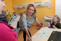 Prezidentka fondu Kapka naděje Vendula Pizingerová předala dětské hemato-onkologii Fakultní nemocnice Olomouc patnáct infuzních pump i notebook pro zábavu a vzdělávání malých pacientů