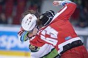 Utkání 14. kola Tipsport extraligy: HC Energie Karlovy Vary - HC Olomouc, Jan Káňa v bitce