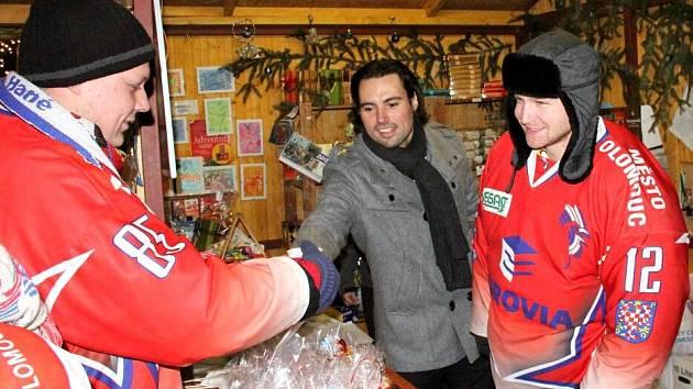 Olomoučtí hokejisté prodávali na Horním náměstí ve stánku sdružení Dobré místo pro život punč