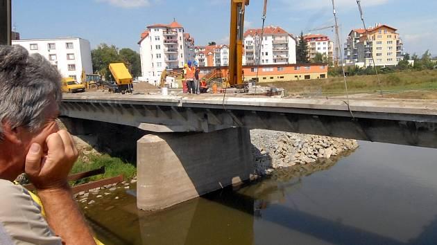 Pomocí jeřábu se most rozebral.
