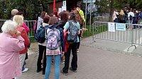 Smetanovy sady v Olomouci jsou uzavřeny. Bez peněz se do nich nikdo nedostane. Ani místní, kteří jimi denně spěchají do práce. Musejí si koupit průchodku, za niž  dají 150 korun. Platí 15 minut