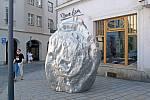 Velký Asteroid Michala Gabriela před galerií Mona Lisa na olomouckém Horním náměstí