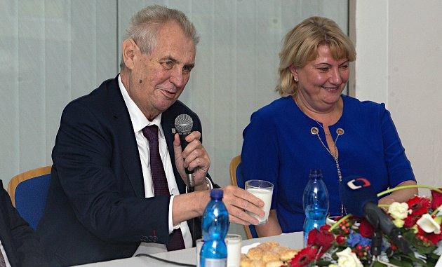 Návštěva prezidenta v mlékárně Olma Olomouc. Hostitelem Simona Sokolová, předsedkyně představenstva společnosti OLMA