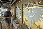 Akademický malíř Radomír Surma. Barevná výzdoba historických erbů na renesanční lodžii olomoucké radnice